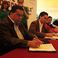 Lerma, Mex.- Agustin Gonzalez Cabrera (izq), Alcalde de Lerma y Guillermo Velasco Rodiguez (der), Secretario de Medio Ambiente, durante la firma de convenio de Coordinacion para la Operacion del Sistema Estatal de Atencion a la Denuncia Ciudadana en Materia Ambiental. Agencia MVT / Javier Rodriguez. (DIGITAL)<br /> <br /> NO ARCHIVAR - NO ARCHIVE