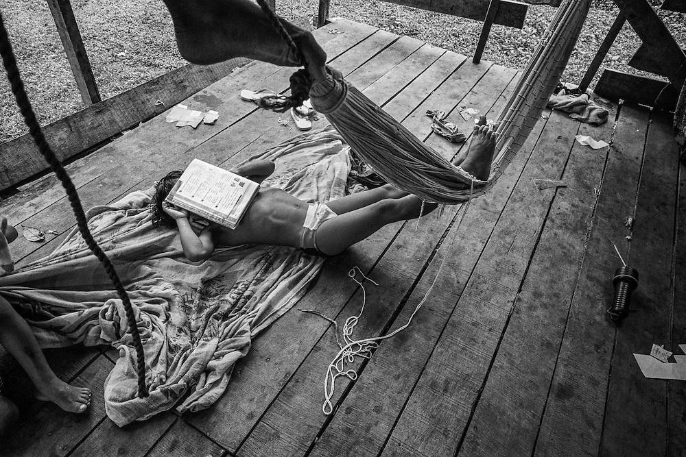 Guyane francaise, Elahe, Haut-Maroni, zone a acces reglemente.<br /> <br /> Citoyens francais, les enfants sont scolarises dans les rares villages possedant une &eacute;cole... si n instituteur y est detache. Depuis 1998, un college se trouve a Maripasoula. Cet eloignement reste un obstacle a l'entree dans le secondaire et beaucoup d'enfants restent a mi-chemin entre 2 cultures.