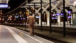 14.09.2015, Hauptbahnhof Salzburg, AUT, Fluechtlinge am Hauptbahnhof Salzburg auf ihrer Reise nach Deutschland, im Bild ein Migrant spaziert alleine auf den Bahnsteig. Der ÖBB Zugsverkehr nach Deutschland wurde eingestellt // a Migrant walks on the Platform. According to reports Germany has stoped the Train Traffic from and into Austria, Main Train Station, Salzburg, Austria on 2015/09/14. EXPA Pictures © 2015, PhotoCredit: EXPA/ JFK