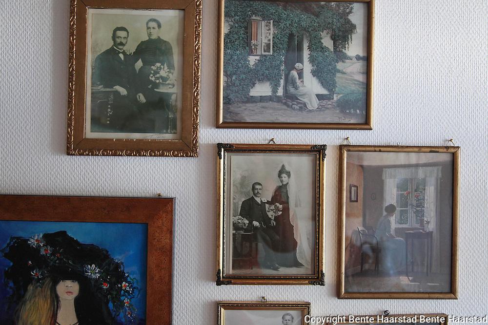Inger Granby og &Aring;ge Sandvold har bygd opp en utstilling om utvandringshistorien, om de mange som dro fra Selbu til Amerika. Ogs&aring; nyere samlinger.<br /> The exhibition at Granby G&aring;rd shows the history of the many norwegians who emigrated to Amerika more than a hundred years ago.