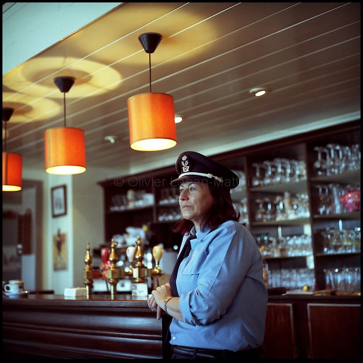 Le 23 octobre 2011, frontière Belgique / France, village de Poperinge (B), RN38. Portrait de Patty (déguisée en douanière belge pour les touristes), la propriétaire de l'ancien poste frontière belge de Poperinge transformé en bar-hôtel-musée. Photo réalisée dans le bar de l'ancien poste frontière.