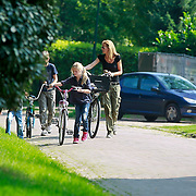 NLD/Blaricum/20110903 - Paulien Mol - Huizinga met haar kinderen lopend door waarschijnlijk een kapotte fiets