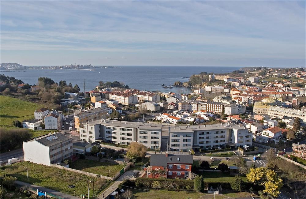 La población costera de Santa Cruz, situada frente a La Coruña, a tan  10 kilómetros por carretera..