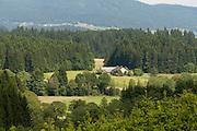 Bauernhof in der Landschaft, Hügel und Wald, Mühlviertel, Böhmerwald, Niederösterreich, Österreich | landscape with farm, hills and forest, Muehlviertel, Bohemian Forest, Austria