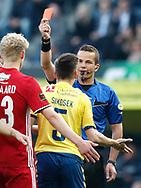 FODBOLD: Dommer Morten Krogh giverrødt kort til Gregor Sikosek (Brøndby IF) under kampen i ALKA Superligaen mellem Brøndby IF og Lyngby Boldklub den 18. maj 2017 på Brøndby Stadion. Foto: Claus Birch