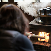 Making rice the traditional way early in the morning, over an open fire, at a Kominka guest house in Kobuchizawa, Yamanashi Prefecture, Japan. 小淵沢, 山梨県, 古民家