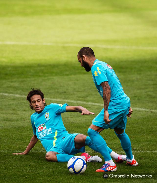 STOCKHOLM 2012-08-14<br /> BRASILIENS LANDSLAG FOTBOLL TR&Auml;NAR P&Aring; R&Aring;SUNDA<br /> Neymar och Dani Alves