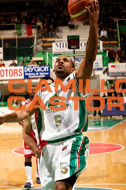 DESCRIZIONE : Siena Lega A 2009-10 Montepaschi Siena Scavolini Spar Pesaro<br /> GIOCATORE : Terrel Mc Intyre<br /> SQUADRA : Montepaschi Siena<br /> EVENTO : Campionato Lega A 2009-2010 <br /> GARA : Montepaschi Siena Scavolini Spar Pesaro<br /> DATA : 07/02/2010<br /> CATEGORIA : tiro<br /> SPORT : Pallacanestro <br /> AUTORE : Agenzia Ciamillo-Castoria/P.Lazzeroni<br /> Galleria : Lega Basket A 2009-2010 <br /> Fotonotizia : Siena Campionato Italiano Lega A 2009-2010 Montepaschi Siena Scavolini Spar Pesaro<br /> Predefinita :