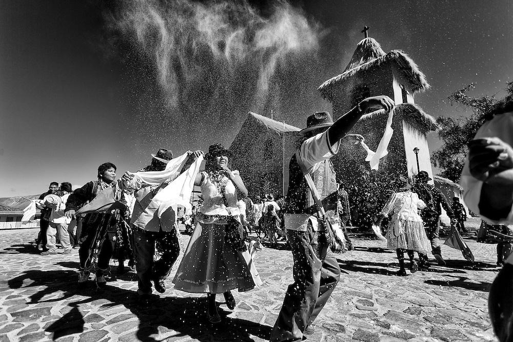 Los alférez de la comunidad socoromeña visitan la iglesia del templo pidiendo la bendición de la pachamama para un año generoso en cuanto a las fertilidad de la tierra.