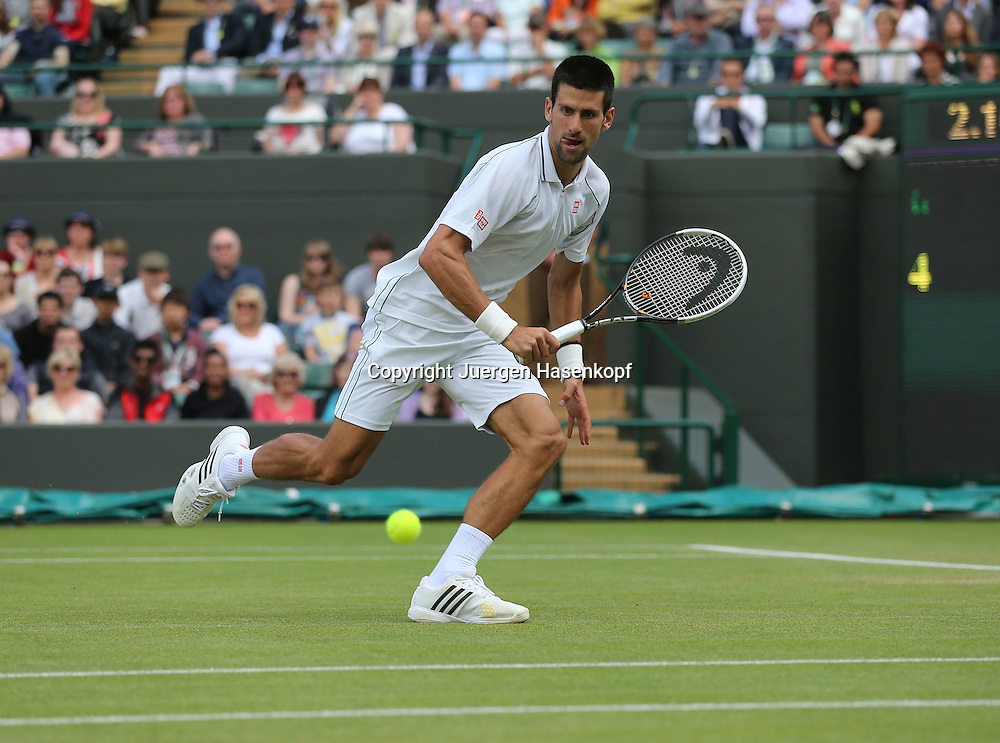 Wimbledon Championships 2012 AELTC,London,.ITF Grand Slam Tennis Tournament, .Novak Djokovic (SRB);Aktion,Einzelbild,Ganzkoerper,Querformat,Rueckhand,.Backhand flick,return,Aussenlinie,Serie,Sequenz,Technik,