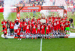 26.05.2019, Red Bull Arena, Salzburg, AUT, 1. FBL, FC Red Bull Salzburg Meisterfeier, im Bild Spieler des FC Red Bull Salzburg jubeln mit dem Meisterteller // during the Austrian Football Bundesliga Championsship Celebration at the Red Bull Arena in Salzburg, Austria on 2019/05/26. EXPA Pictures © 2019, PhotoCredit: EXPA/ Stefanie Oberhauser