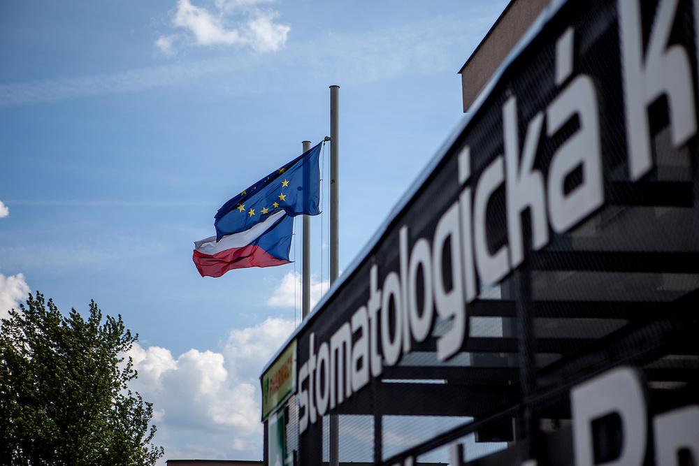 EU und CZ Flaggen vor der ehemaligen Grenzstation in Dolni Dvoriste - von 1955 bis 1989 lag der Ort am Eisernen Vorhang. Heutzutage ist die Zahnklinik von MUDr. Vaclav Bruna in dem Gebäude.