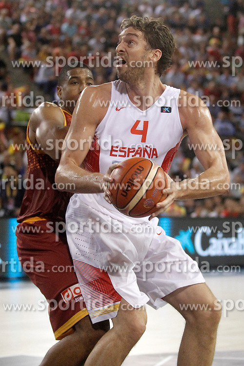 25.08.2015, Palacio de los Deportes de La Rioja, Logrono, ESP, Basketball Testspiel, Spanien vs Mazedonien, im Bild Spain's Pau Gasol (r) and Macedonia's Richard Hendrix // during a International Basketball Friendly Match between Spain and Macedonia at the Palacio de los Deportes de La Rioja in Logrono, Spain on 2015/08/25. EXPA Pictures &copy; 2015, PhotoCredit: EXPA/ Alterphotos/ Acero<br /> <br /> *****ATTENTION - OUT of ESP, SUI*****