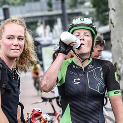 30-08-2017: Wielrennen: Boels Ladies Tour: Arnhem <br />Kirsten Wild kreeg na de wedstrijd een bidon van de Zwolse verzogster Geerike Schreurs