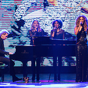 NLD/Hilversum/20131208 - Miss Nederland finale 2013, John Ewbank achter de piano met Sharon Doorson