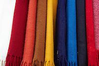 Nepal. Vallee de Katmandou. Katmandou. Chale en laine dans la rue commercante d'Asan Tole. // Nepal. Kathmandu valley. Kathmandu. Whool shawl on Asan Tole street.