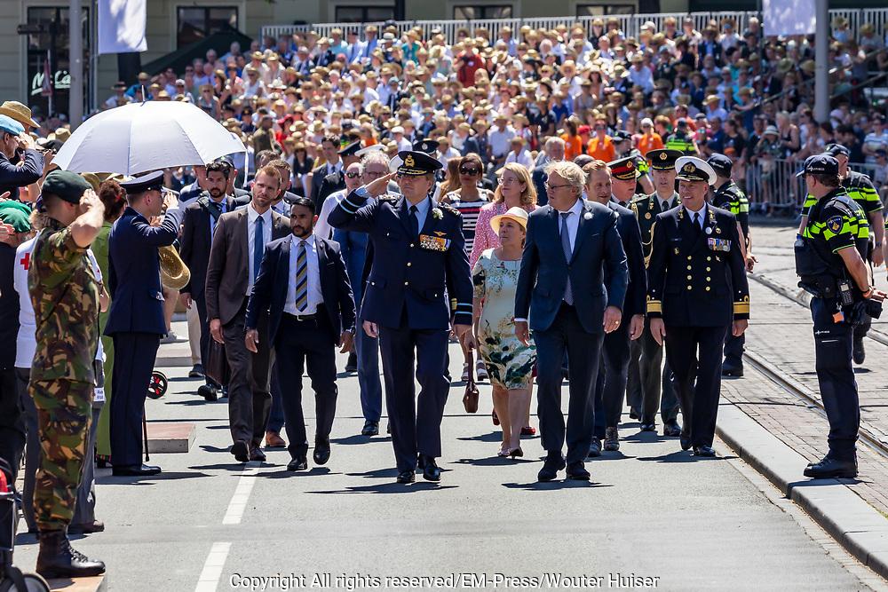Koning Willem-Alexander salueert militairen langs de route van het defilé