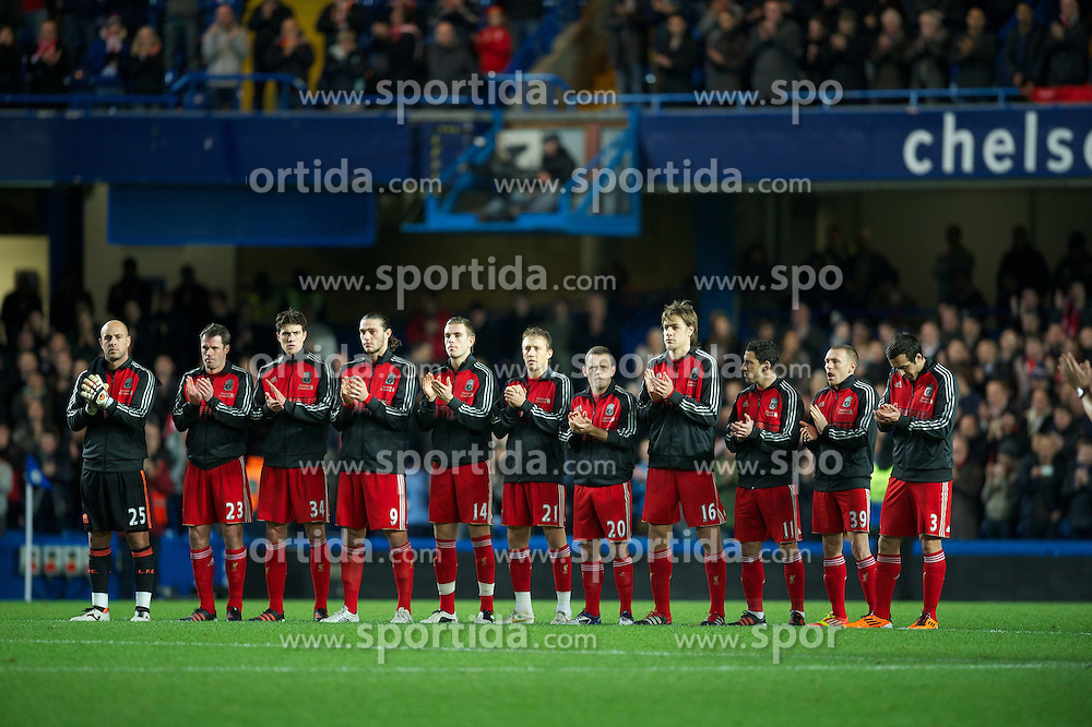29.11.2011, Stamford Bridge, London, ENG, PL, viertelfinale, FC Liverpool vs Chelsea FC, im Bild Liverpool's players applaud as they remember Wales manager Gary Speed, who died earlier this week, before the football match of English Football League Cup, Quarter-Final, between FC Liverpool and Chelsea FC at Stamford Bridge Stadium, London, United Kingdom on 2011/11/29. EXPA Pictures © 2011, PhotoCredit: EXPA/ Sportida/ David Rawcliff..***** ATTENTION - OUT OF ENG, GBR, UK *****