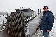 Rayonbeheerder Klaas Frieswijk van Wetterskip Fryslân bij het gemaal Kolderveen (Terwispel)