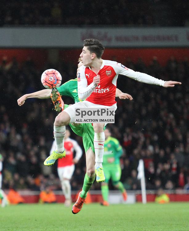 Sunderlands Watmore beats Arsenals Bellerin to the ball