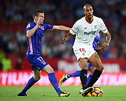 SEVILLE, SPAIN - OCTOBER 28: Steven N'Zonzi of Sevilla FC (R) being followed by Javier Eraso of CD Leganes (L) during the La Liga match between Sevilla and Leganes at  Estadio Sanchez Pizjuan on October 28, 2017 in Seville, .  (Photo by Aitor Alcalde Colomer/Getty Images)