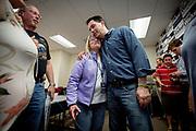 Guvernør Scott Walker får en god klem av en av de frivillige på en av de mange telefonbankene opprettet for å hjelpe guvernøren. Wisconsin Governor Scott Walker (R) campaigns hard to stay in power as he faces a  recall election on June 4th 2012.