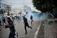 Des manifestants devant l'ambassade de France. // Des affrontements entre la police et les manifestants ont éclaté dans le centre de Tunis, notamment avenue Habib Bourguiba, faisant (selon Associated Press) 3 morts (prétendument par balle) et 12 blessés parmi les manifestants, Tunis le 26 février 2011.