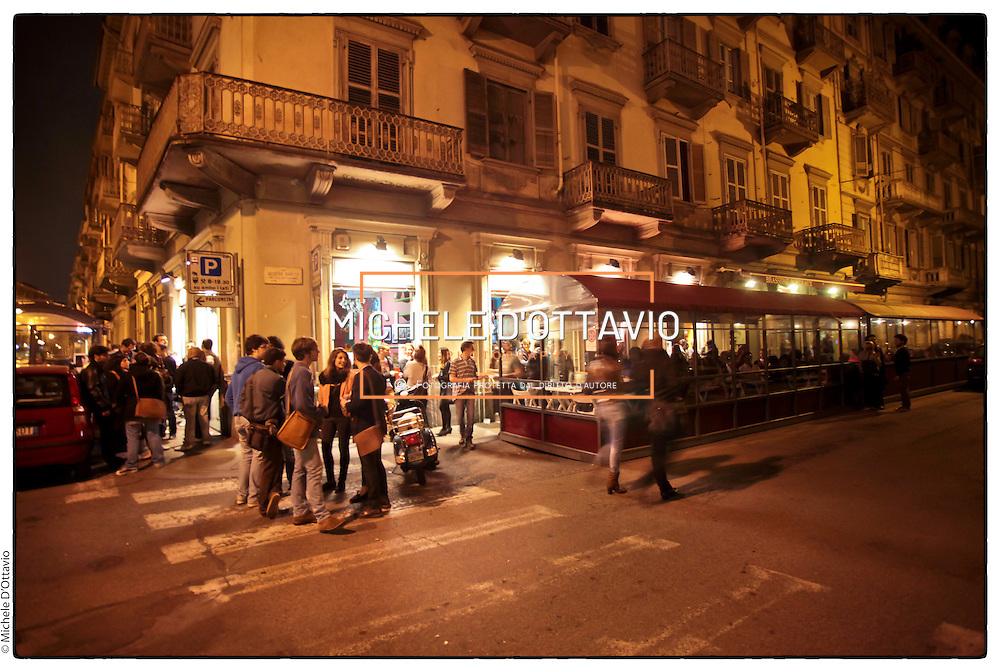 """nella fotografia il locale """"Diwan cafè"""" in via Baretti.Torino, il quartiere di San Salvario il """"cuore"""" movida serale.Turin, the district of San Salvario is the """"heart"""" Movida night"""