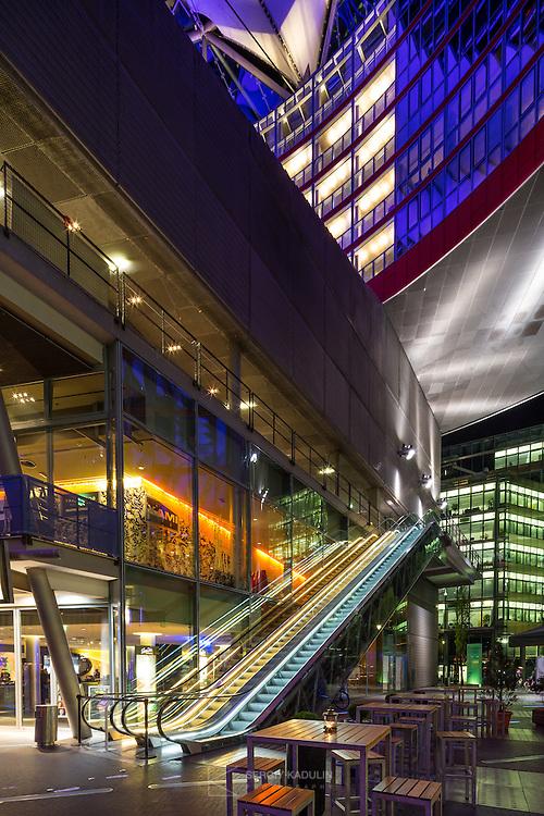 Архитектура сооружений SONY-центра, Берлин. Вечерняя съемка.