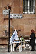 Italie, Bolzano, 8-3-2008..Verkiezingen in Italië. Tafel met folders voor Forza Italia vam Silvil Berlusconi, die weer president wil worden in het centrum van de stad. Bolzano, Bozen, is na de eerste wereldoorlog bij Italië gevoegd en is tweetalig. De bevolking is sterk gericht op Oostenrijk...Foto: Flip Franssen