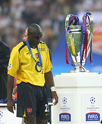 PARIS, FRANCE - WEDNESDAY, MAY 17th, 2006: Arsenal's Sol Campbell walks dejectedly past the European Cup after losing 2-1 to FC Barcelona during the UEFA Champions League Final at the Stade de France. (Pic by David Rawcliffe/Propaganda)