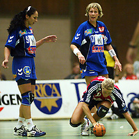 Håndball, 25. september 2002. Treningskamp, Norge - Jugoslavia 28-29. Ljiljana Knezevic (9) og Bojana Petrovic, Jugoslavia, ser ned på Gro Hammerseng, Norge.