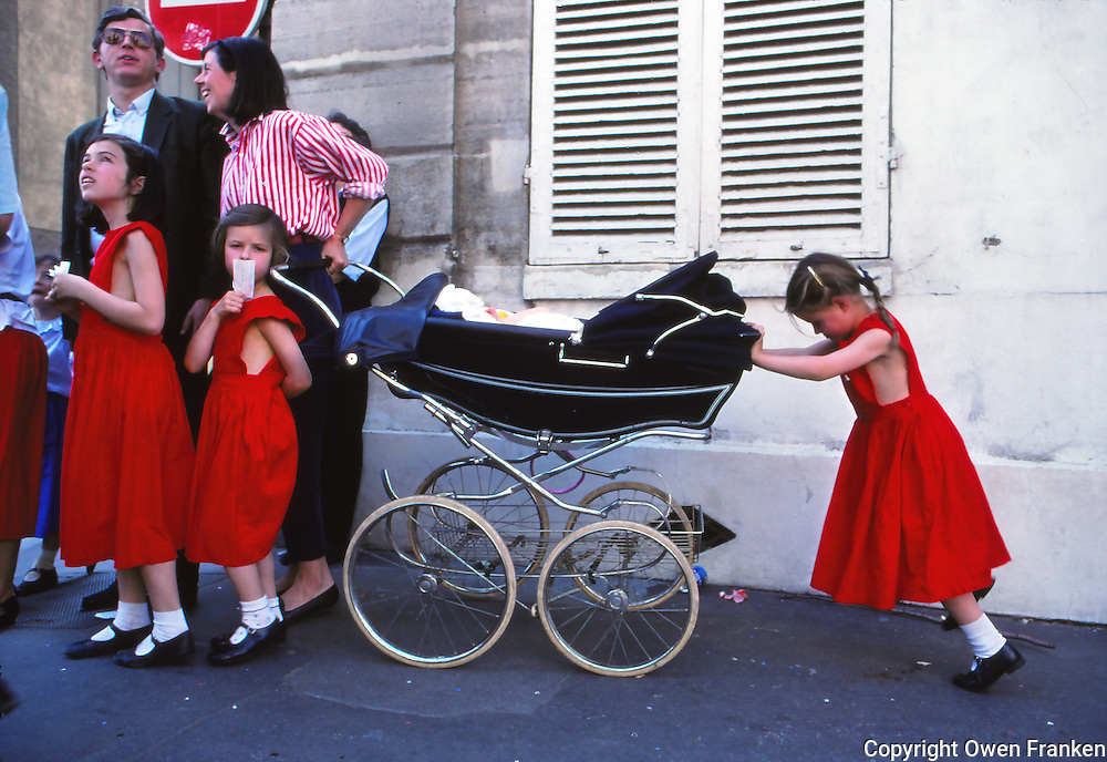 OF014639-family in red in Paris
