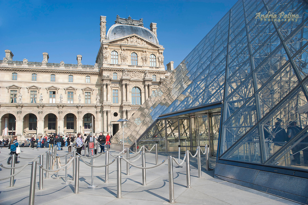 Entrance line area to the Louvre