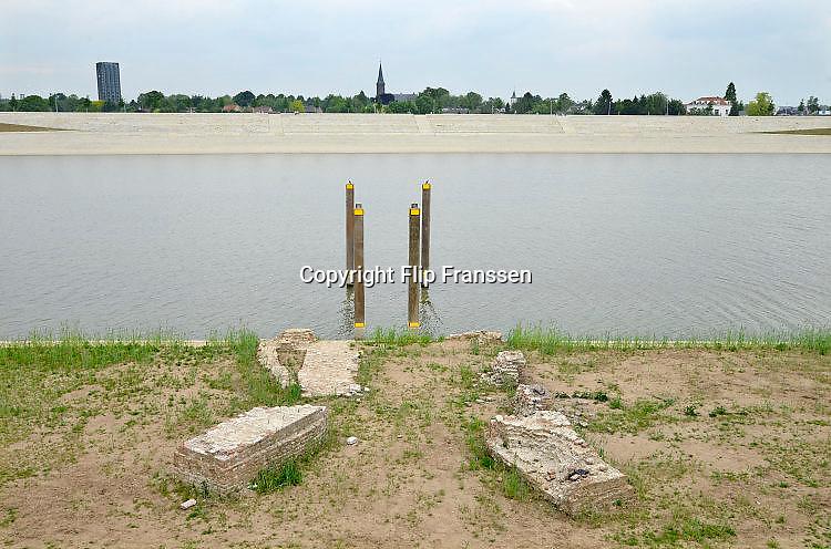 Nederland, Nijmegen, 24-5-2017 De bijna 4 km. lange nevengeul van de Waal bij Lent,is  Spiegelwaal genoemd.  De resten van fort Knodsenburg van waaruit de Staatsen Nijmegen belegerde in de 16e eeuw. Grootste onderdeel van de vele werken van Rijkswaterstaat om bij hoogwater een betere waterafvoer in de rivier te hebben. Het dorp veurlent is op een kunstmatig eiland komen te liggen met twee kleinere bruggen als ontsluiting. Een voetgangersbrug, de steltlopersbrug voor wandelaars naar het recreatiegebied. Ruimte voor de rivier, water, waal. In de nieuwe dijk wordt een drempel gebouwd die stapsgewijs water doorlaat en bij hoogwater overloopt. Het levert de regio ook een nieuw recreatiegebied op waar in de zomer volop gezwommen kan worden.The Netherlands, Nijmegen Measures taken by Nijmegen to give the river Waal, Rhine, more space to flow during highwater and to prevent the risk of flooding. Room for the river. Reducing the level, waterlevel. Large project to create a new paralel gully, an extra flow of water, so the river can drain more water during highwater. Due to climate change and expected rise, increase of the sealevel, the Dutch continue to protect their land from the water. Foto: Flip Franssen