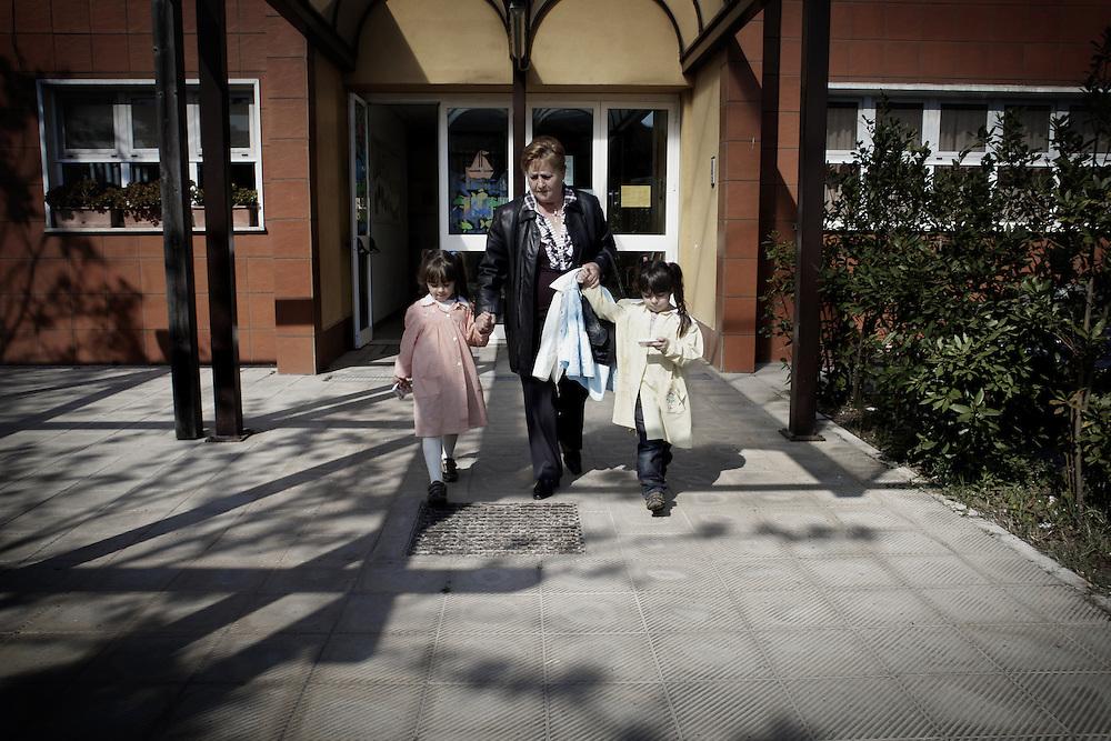 Nonna gioca con sua nipote<br /> <br /> Grandmother playing with her grandson Nonna a scuola dai nipoti<br /> <br /> Grandmother from grandchildren to school