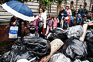 Napoli, Italia - 24 novembre 2010. Genitori e figli camminano tra cumuli di spazzatura a via Salvator Rosa a Napoli. Ph. Roberto Salomone Ag. Controluce.ITALY - Piles of uncollected garbage are seen downtown Naples on November 24, 2010.