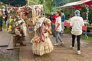 Nederland, Den Bosch, 20140830 <br /> JottnJol<br /> Waar J&oslash;ttnj&oslash;l vandaan komen weet niemand en waar ze naar toegaan weet men al evenmin. Twee aparte wezens op weg met gigantische manden vol verzamelde avonturen.<br /> theater<br /> <br />  Effect Festival - 30 Augustus 2014, De Gemeint 3, bij het Engelermeer tussen Vlijmen en Den Bosch.<br /> eFFect is een manifestatie van lokale duurzame initiatieven die burgers samen van onderop in het leven zetten. Een marktplaats, maar ook workshops door kunstenaars en muziek optredens. Daarnaast ook veel gezonde en alternatieve eettentjes.<br /> <br /> Netherlands, Den Bosch, 20140830.