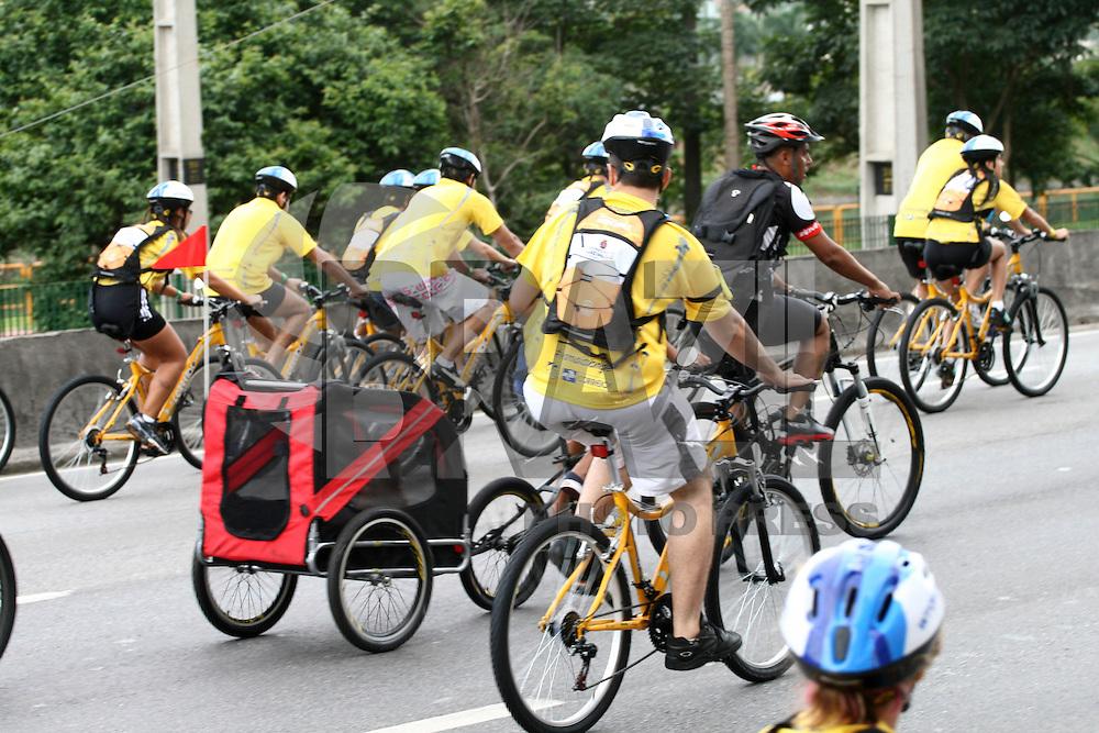 SAO PAULO - SP -  25 DE JANEIRO 2013. WBT - WORLD BIKE TOUR - 5ª edição do World Bike Tour na manhã desta sexta-feira (25), na ponte estaiada, no Brooklin, zona sul de São Paulo (SP). Os ciclistas seguem pela pista expressa da Marginal Pinheiros, sentido Rodovia Castello Branco, até a Universidade de São Paulo (USP). Além de ganhar uma bicicleta, os participantes receberam um kit com um capacete, uma camiseta e uma mochila. O evento faz parte das comemorações do aniversário da Capital, que completa 459 anos FOTO: MAURICIO CAMARGO / BRAZIL PHOTO PRESS.