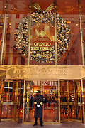 USA, Nordamerika,New York, New York City, Manhattan, 5th Avenue, Einkaufen, shopping, Schaufenster, Trump Tower, Weihnachtsdekoration, Portier,