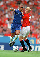 Roberto Di Matteo (Chelsea) tangles with Paul Scholes (Manchester United). Chelsea v Manchester United. FA Charity Shield. Wembley 13/8/00. Credit: Colorsport.