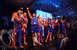 27-08-2004 GRE: Olympic Games day 14, Athens<br /> Hockey finale vrouwen Nederland - Duitsland werd verloren met 1-2 maar in het HHH wisten de vrouwen toch wel een feestje te bouwen /