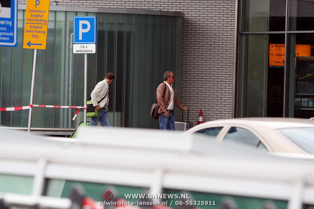 NLD/Schiphol/20070726 - Gordon heuckeroth en zijn nieuwe vriend Andries de Jong gaan op vkantie