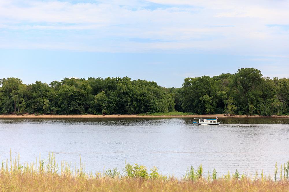 https://Duncan.co/mississippi-river-houseboat