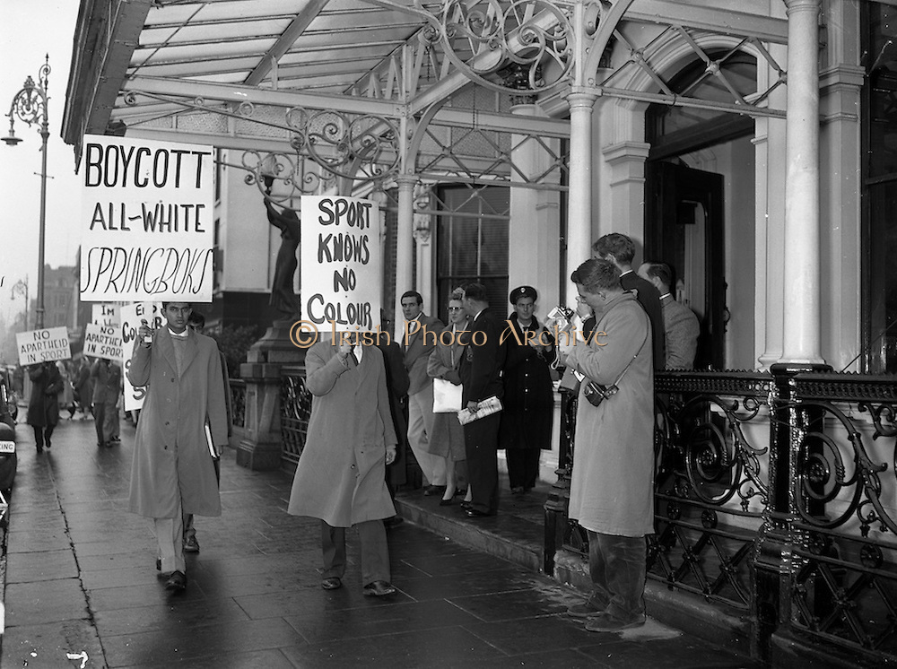 16/12/1960<br /> 12/16/1960<br /> 16 December 1960<br /> Springbok pickets. Students picket the South African Rugby team's hotel, the Shelbourne Hotel, Dublin. Springbok team members (right) photograph coloured students as they picket the team's hotel.