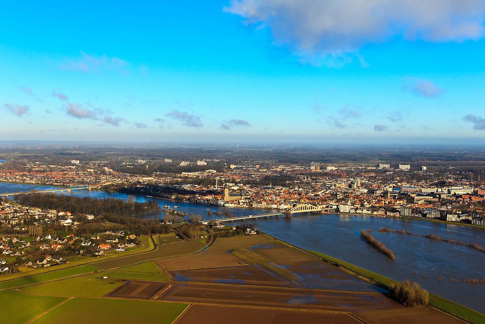 Nederland, Overijssel, Deventer, 20-01-2011. De flessenhals die de IJssel vormt bij Deventer. Op het twee plan links stadsdeel De Hoven en het stadsfront tussen beide IJsselbruggen. Rechtsonder de Bolwerkplas - verdwenen door het hoogwater, de contouren worden weergeven door de toppen van de bomen die boven het water uitsteken..View on the (Hansa) city of Deventer. and two bridges. In the river (r) the tops of trees, showing the brook flooded by the high waters of the IJssel..luchtfoto (toeslag), aerial photo (additional fee required).copyright foto/photo Siebe Swart