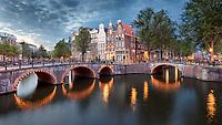 Die Kanalkreuzung Keizersgracht (links) und Leidsegracht (halbrechts) in Amsterdam.