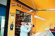Duitsland, Kleef, 2-11-2002..Nederlandse kaasboer in duitse stad...Zuivel, export, imago...Foto: Flip Franssen/Hollandse Hoogte