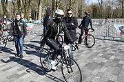 De vierde editie van De Hollandse 100 in Thialf, Heerenveen. De Hollandse 100 is een initiatief van stichting Lymph&Co. Stichting Lymph&Co steunt grensverleggend onderzoek om de behandeling van lymfklierkanker te verbeteren<br /> <br /> Op de foto:  Olcay Gulsen