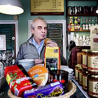 Nederland, Amsterdam , 25 april 2013.<br /> Eigenaar Guillermo Mellicowski van de Argentijnse koffie koekjes en wijn bar Melly's CookieBar op de Nieuwezijds Voorburgwal nr 137.<br /> Foto:Jean-Pierre Jans